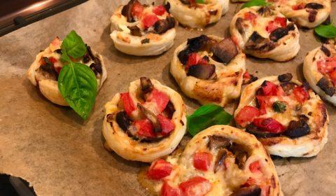 Улитка из слоеного теста с сыром, помидорами и грибами