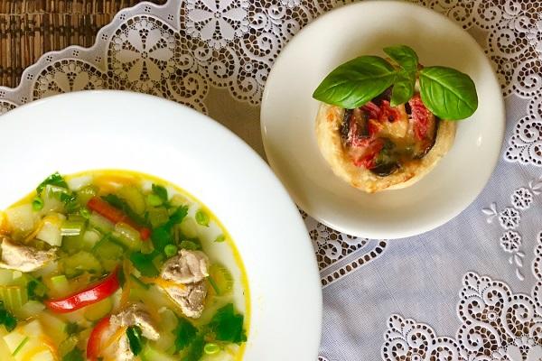 Kurinyj sup s seldereem bolgarskim percem i kabachkami