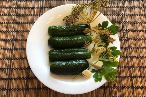 Malosolnye ogurcy v mineralnoj vode recept