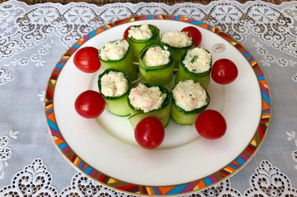 Рулетики из огурцов с начинкой из крабового мяса, яиц и зелени