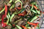 Мясной салат с говядиной болгарским перцем и огурцами