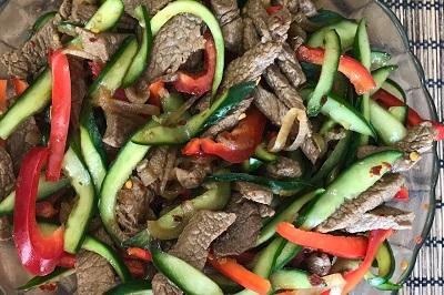 Салат говядина перец красный огурец