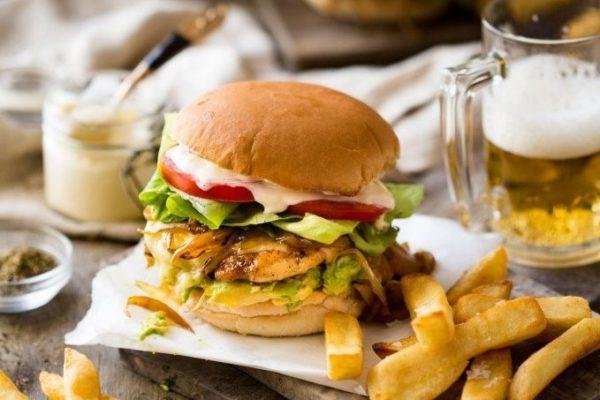 Chikenburger v domashnih usloviyah
