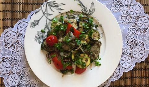 Куриная печень с овощами: баклажанами, кабачками, помидорами