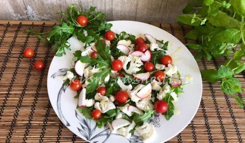 Салат из свежей цветной капусты помидоров редиски и рукколы