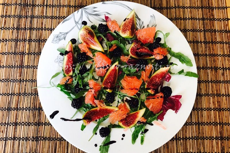Salat-iz-greipfruta-inzhira-ezheviki-i-rukkoly