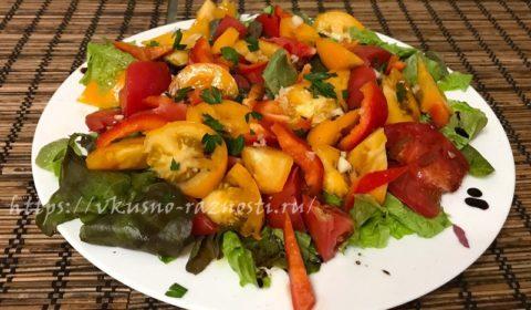 Салат из помидор и болгарского перца с чесноком и бальзамиком
