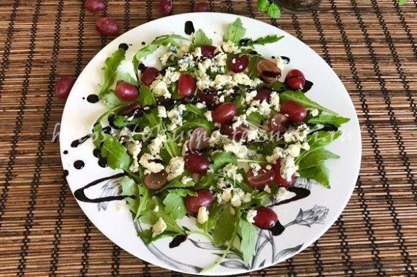 Вкусный салат с виноградом и сыром горгонзола