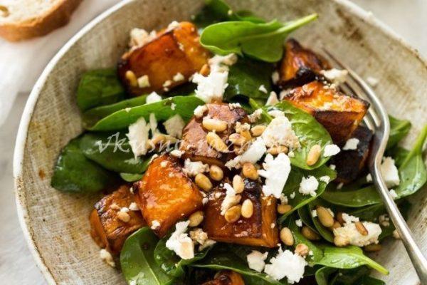 Салат с запеченной тыквой сыром фета шпинатом и орехами