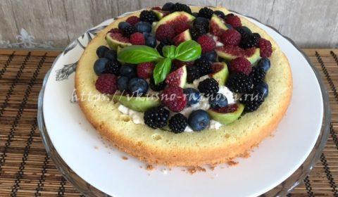 Бисквитный торт с ягодами голубикой малиной инжиром и ежевикой