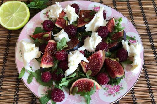 Salat s mocarelloi i inzhirom s lajmovo-myatnoi zapravkoi