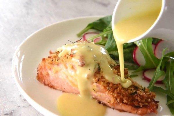 Филе лосося в духовке с корочкой из пармезана и лимонным соусом