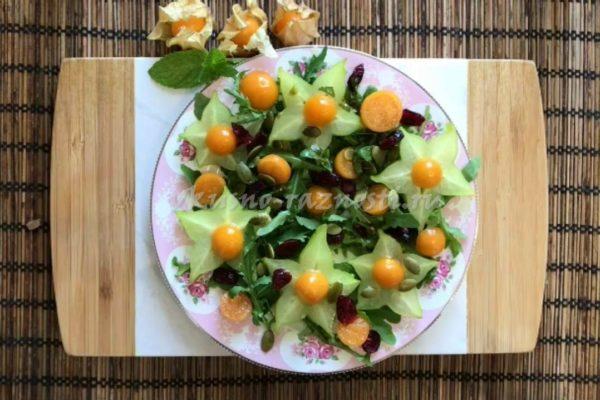 Салат из физалиса карамболы и рукколы с лаймовой заправкой