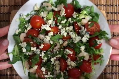 Salat s krevetkami i pomidorami i sy'rom