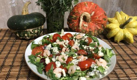 Салат руккола с креветками помидорами черри и сыром горгонзола