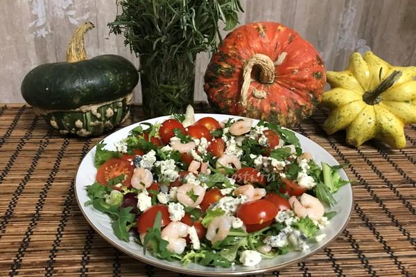 Salat rukkola s krevetkami pomidorami cherri i sy'rom gorgonzola