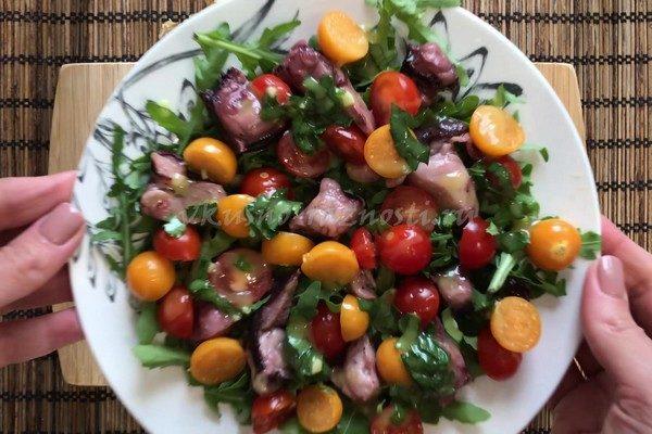 Salat s os'minogami fizalisom i cherri