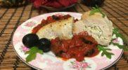 Кармашки из куриной грудки с сыром, песто и томатным соусом