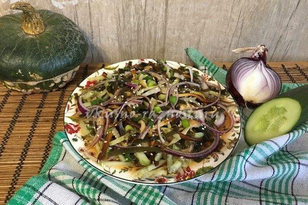 Dieticheskij salat iz morskoj kapusty'