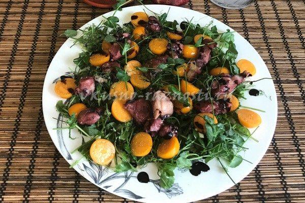 Salat s osminogom fizalisom i mikrozelen'yu goroha