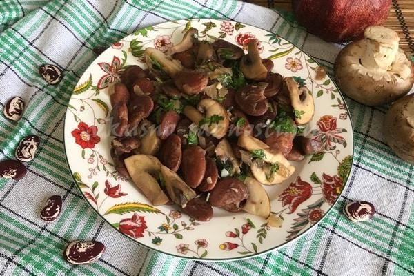 Postny'j salat s fasol'yu i gribami lajmom zelen'yu i chesnokom