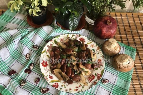 Salat s gribami i fasol'yu recept