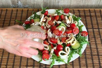 Salat s kal'marami i pomidorami