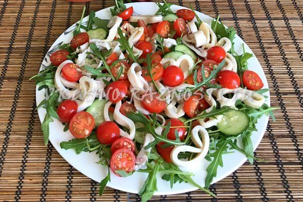 Salat iz konservirovanny'h kal'marov s rukkoloj cherri i ogurcami