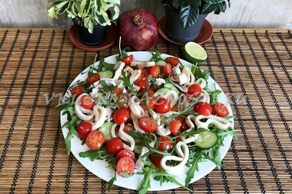 Salat s kal'marami postny'j recept