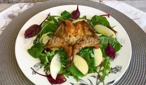 Перепелки в духовке рецепт ПП на салате с яблоками