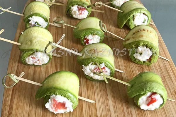 Рулетики из кабачков с сыром помидорами базиликом и чесноком
