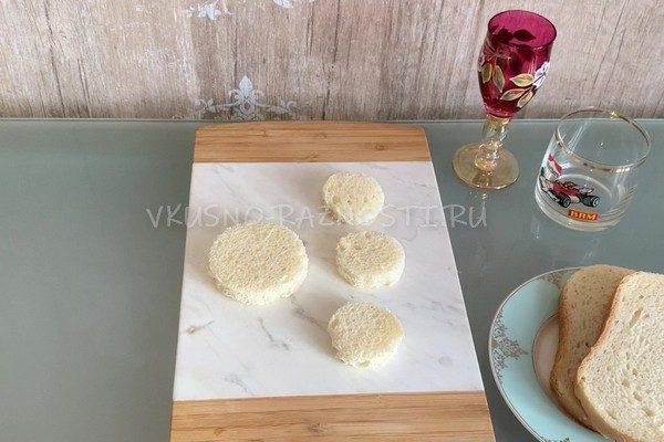 Narezaem formoi hleb