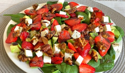 Салат с клубникой авокадо и маковой заправкой