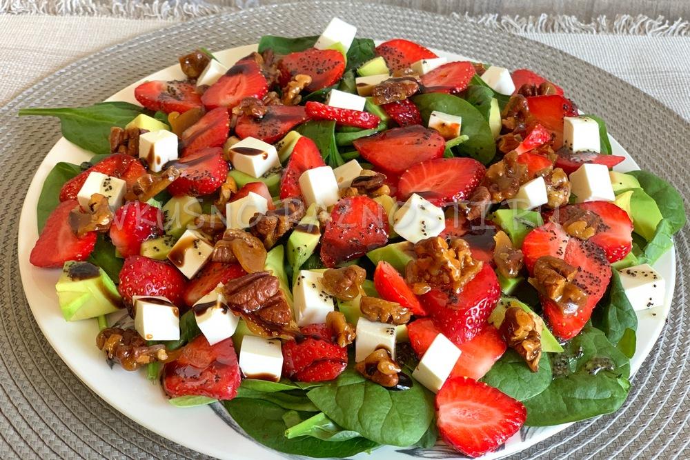Salat s klubnikoj i avokado